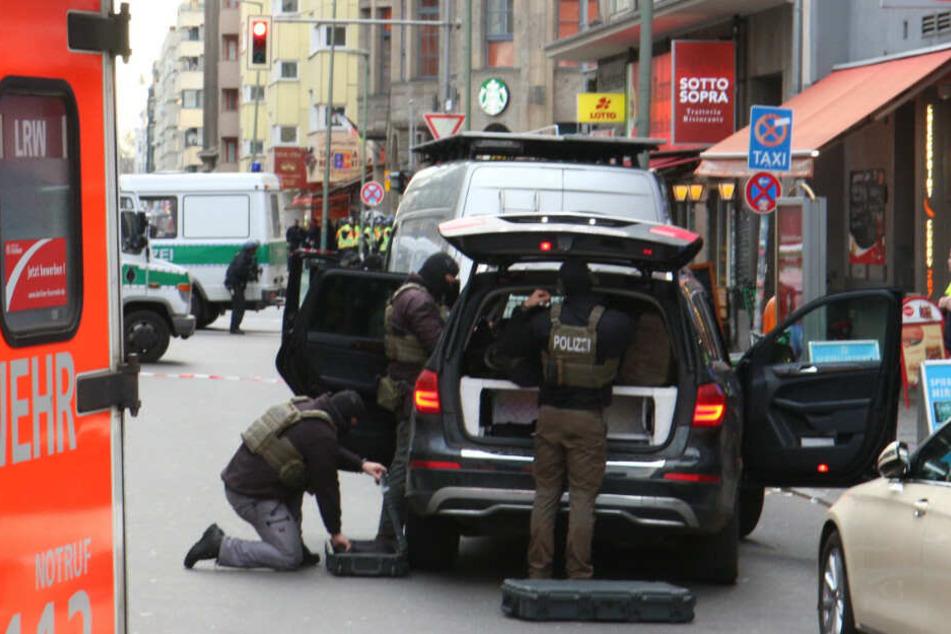 Polizisten bereiten sich auf den Einsatz vor.