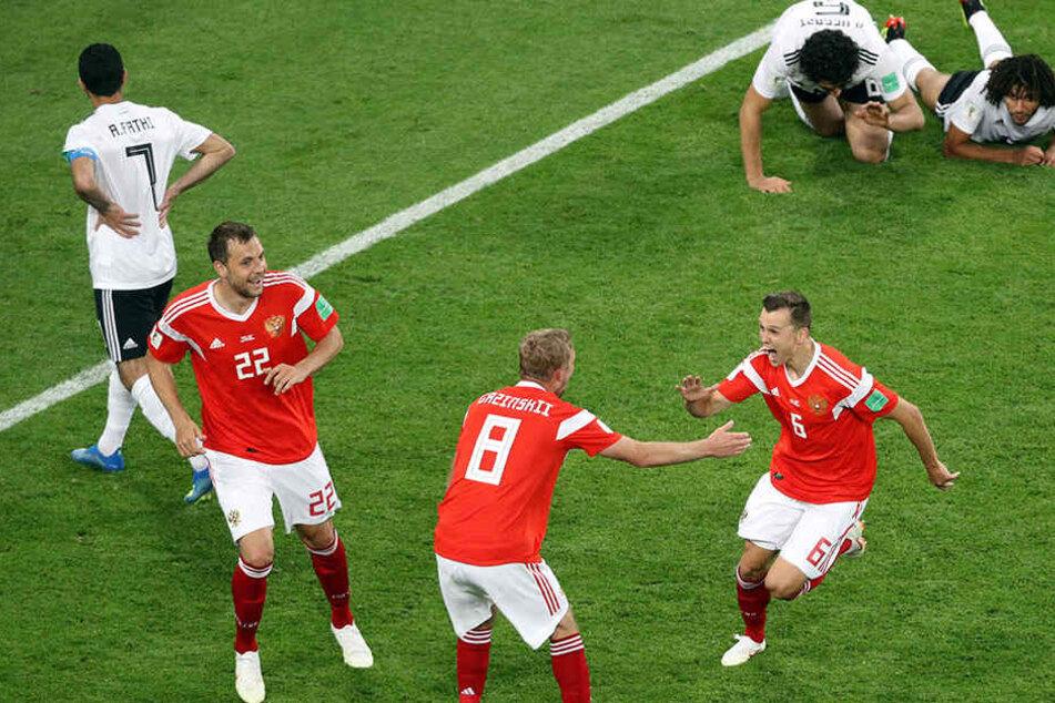 Russland nach dem Treffer zum 2:0 aus dem Häuschen. Die Ägypter liegen ratlos am Boden.