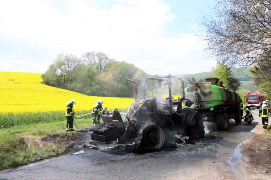 Der Traktor brannte komplett aus.