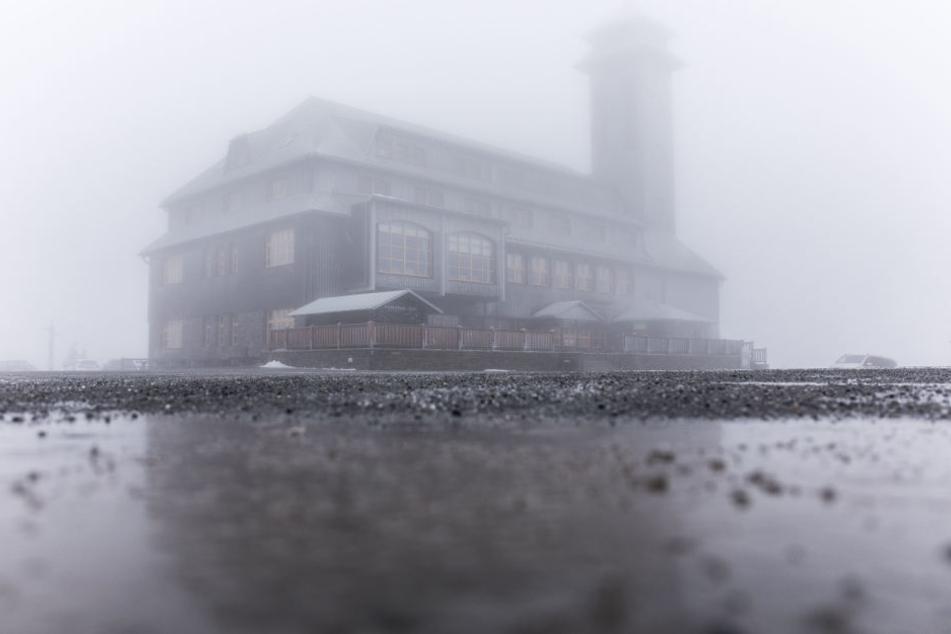 Alles grau: Derzeit herrscht Nebel und Tauwetter auf dem Fichtelberg.