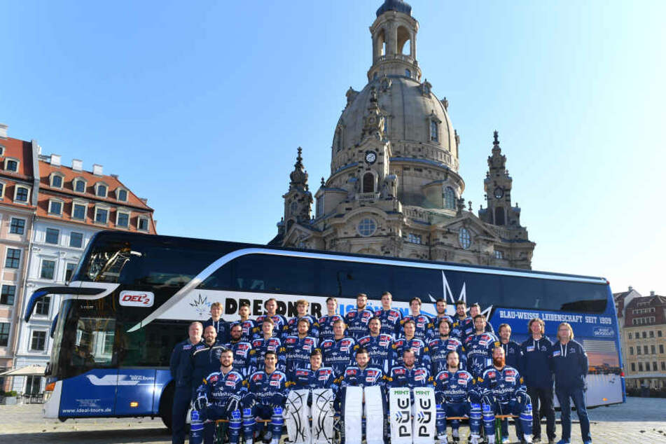 Weder in noch vor der Eishalle - die Eislöwen haben das Mannschaftsbild  dieses Jahr vor der Frauenkirche aufgenommen.