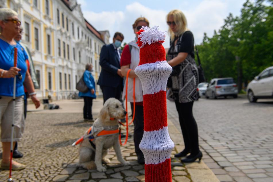 Ungewöhnliche Aktion des Blinden- und Sehbehindertenverbands Sachsen-Anhalt in Magdeburg: Vor dem Landtag tragen Poller jetzt Mütze.