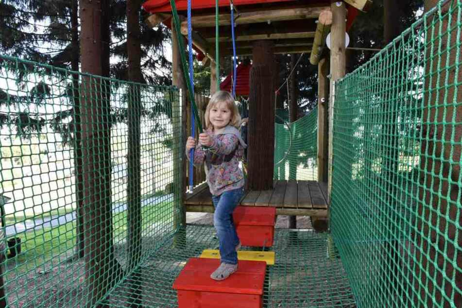 Vor allem für Kinder toll: Hannah aus Wurzen hangelte sich schon zwischen den  Bäumen entlang.