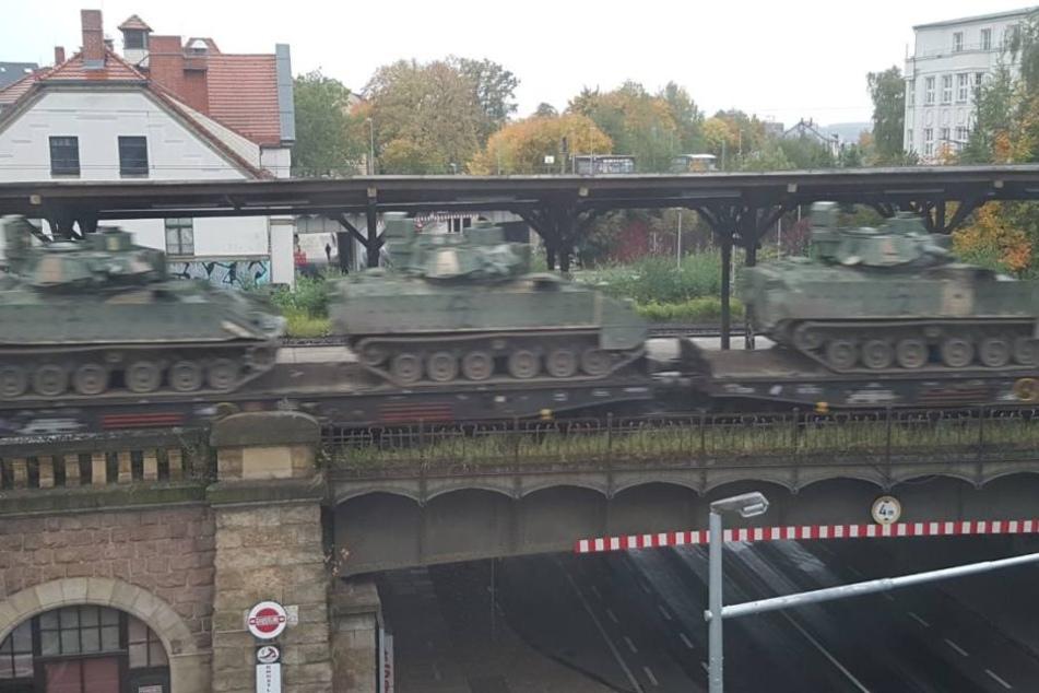 Ein Güterzug mit amerikanischen Schützenpanzern rollte am Südbahnhof vorbei.