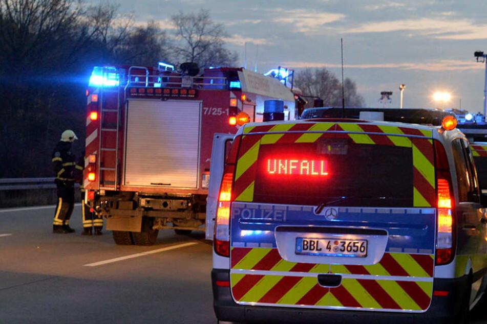 Nach dem Unfall sperrten die Einsatzkräfte zwei Spuren auf der Strecke. (Symbolbild)