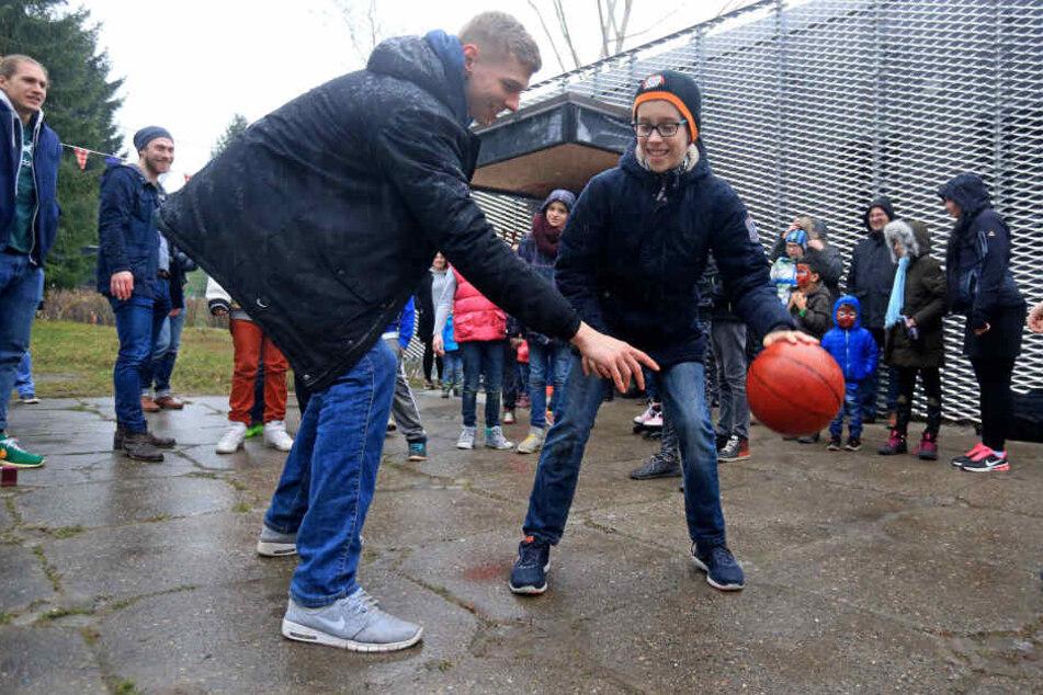 Neuer Baskettball-Korb für den Jugendclub B-Plan: Zur Einweihung gestern  Abend kam Niners-Profi Martin Seiferth (26).