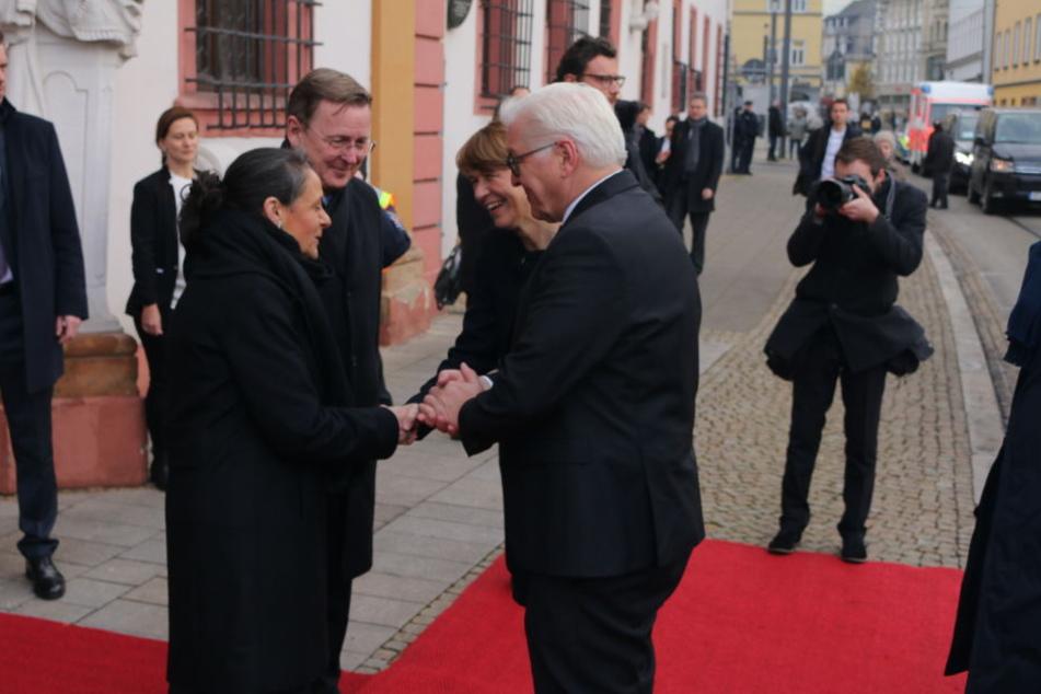 An der Staatskanzlei wurde der Bundespräsident von Bodo Ramelow und seiner Frau empfangen.