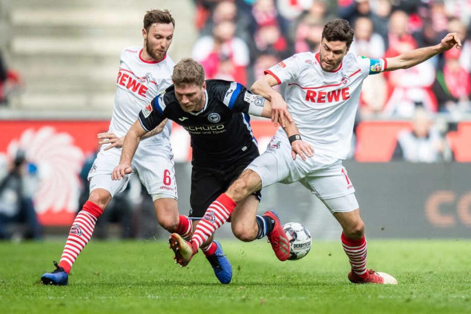 Die Kölner Höger (l.) und Hector nehmen Bielefelds Klos in die Zange.