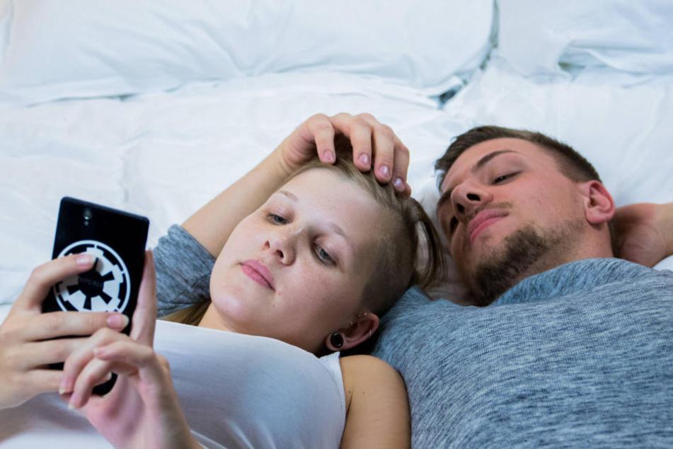 Wer heute Jugendliche beobachtet, kann meinen, sie seien mit ihrem Smartphone  verwachsen.