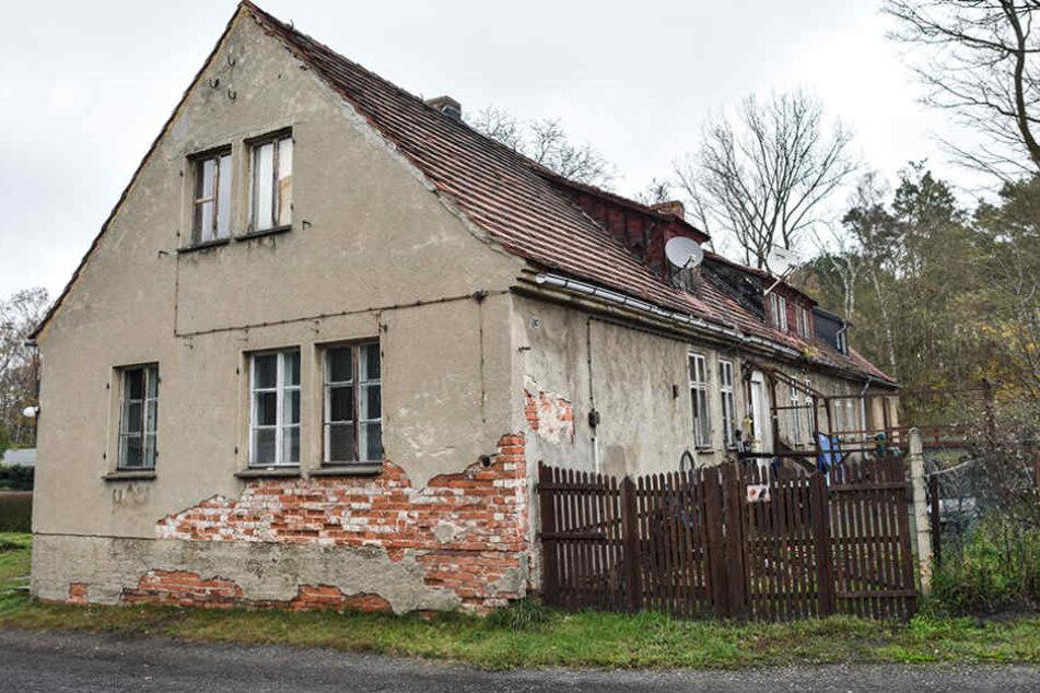Ein baufälliges Haus im kleinen Dorf Alwine nahe Domsdorf (Brandenburg).