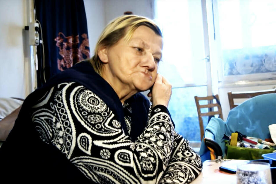 "Karin Ritter (64) soll zwar aus dem Fenster geschaut, dieses dann aber zugeschmissen haben, als sie sah, dass ""Gurkensohn"" unten stand."