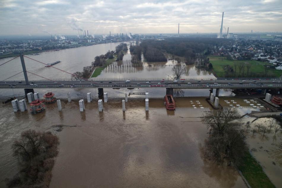 Der Rhein hat auf Grund von Hochwasser Wiesen und die Baustelle an der neuen Brücke der Autobahn A1 überflutet.