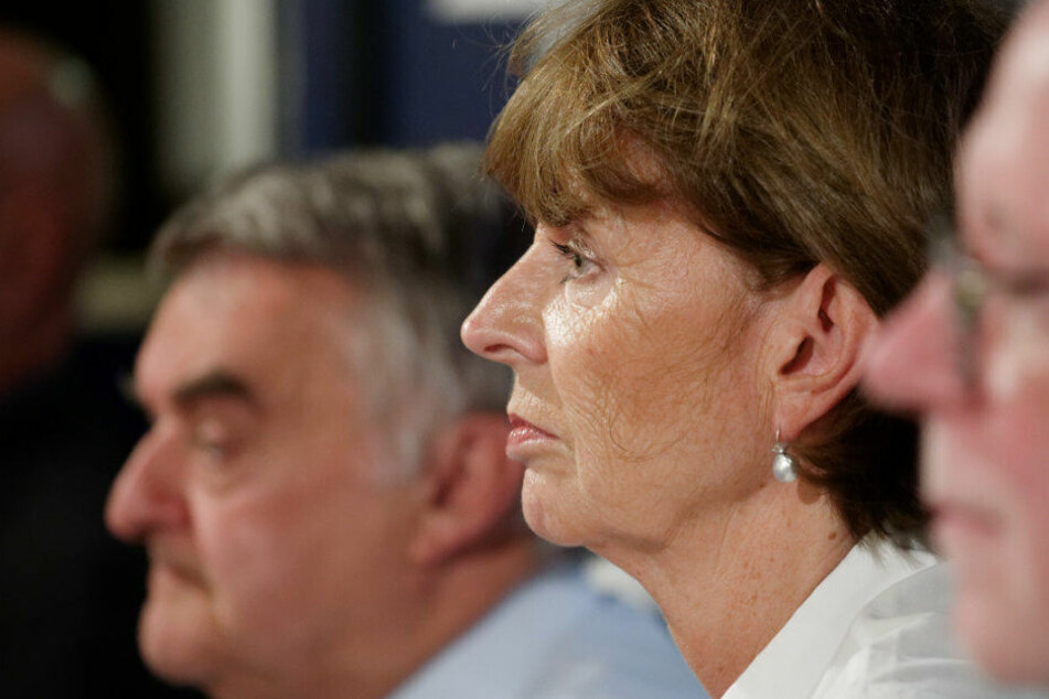 NRW-Innenminister Herbert Reul und Oberbürgemeisterin Henriette Reker im Bürgergesrpäch nur wenige Meter vom Tatort entfernt.