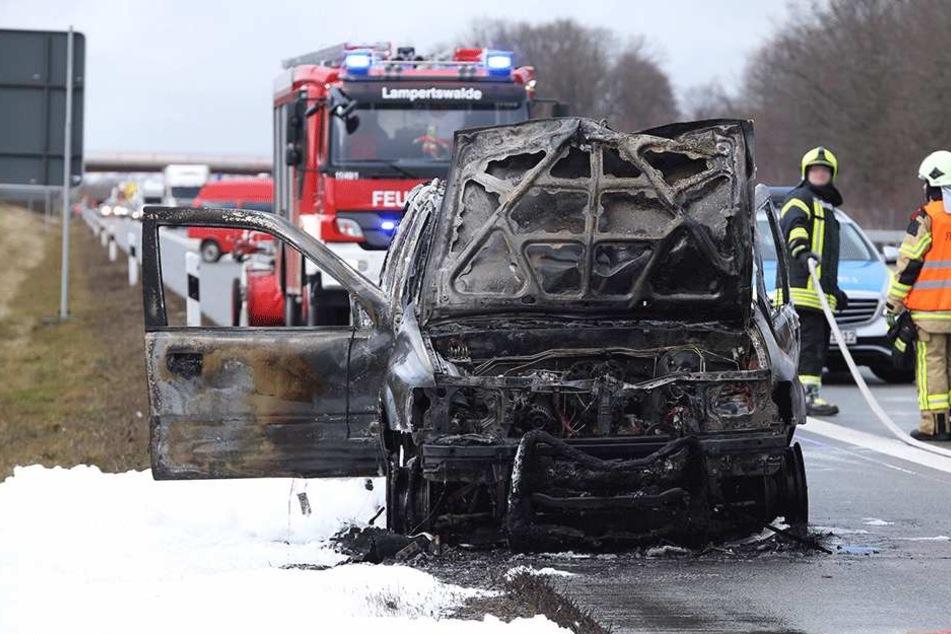 SUV gerät auf A13 in Brand: Autobahn Richtung Dresden gesperrt