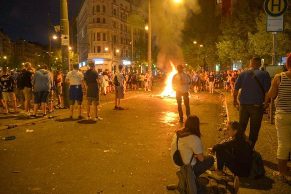 Am Hasselbachplatz feierten zunächst ca. 2000 Menschen friedlich - bis die Situation eskalierte.