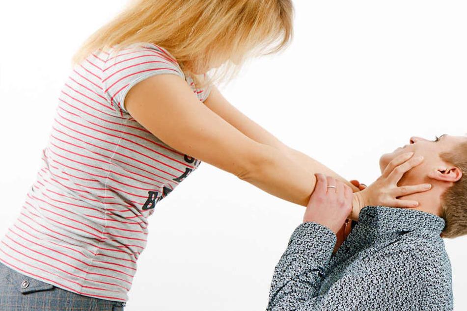 Frau schlägt auf ihren Mann ein und terrorisiert ihn stundenlang