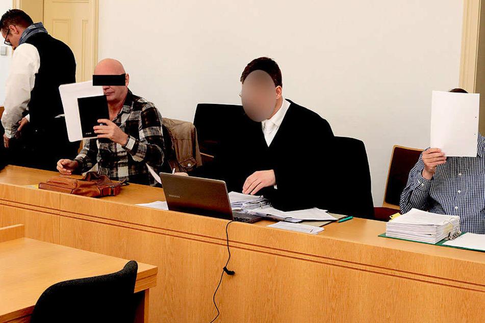 Uwe W. (59, l.) und Tilo V. (58) erschienen gestern mit ihren Verteidigern im  Landgericht.