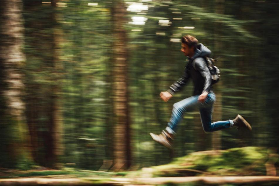 Der Mann (37) lag verletzt im Wald. (Symbolbild)