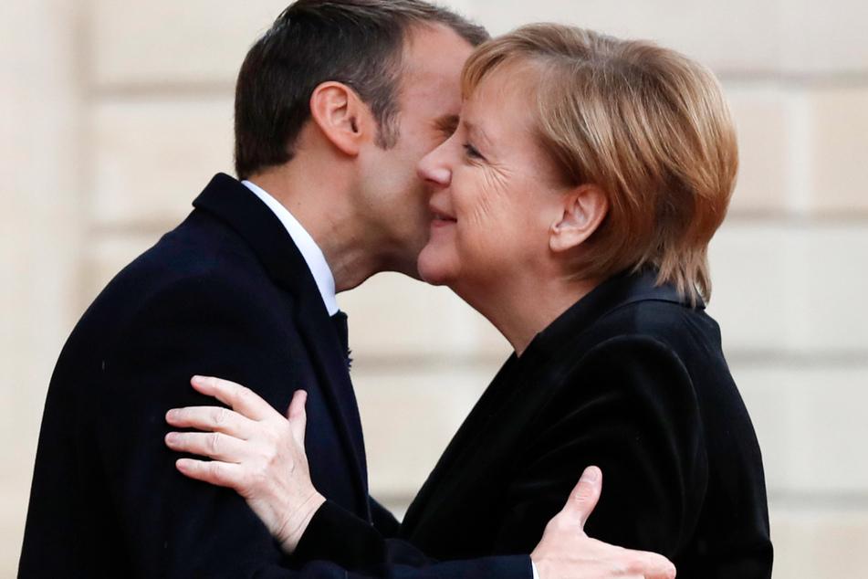 Emmanuel Macron, Präsident von Frankreich, begrüßt Bundeskanzlerin Angela Merkel im Elyseepalast mit Wangenküsschen. Mit den neuen Abstandsregeln geht das nicht mehr.