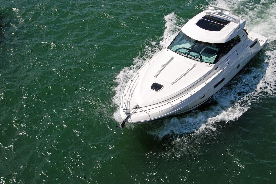 Nachdem das voranfahrende Sportboot einen plötzlichen Kurswechsel absolvierte, krachte das hintere Boot schließlich in dessen Heck. (Symbolfoto)
