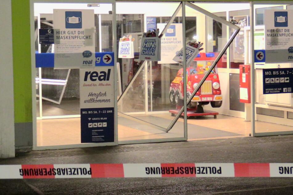 In Wülfrath sprengten Unbekannte den Geldautomaten in einer Real-Filiale.