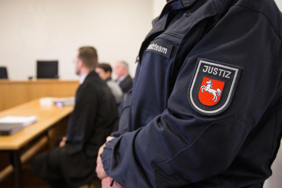 Ein Justizbeamter steht in einem Gerichtssaal in Niedersachsen. (Symbolfoto)