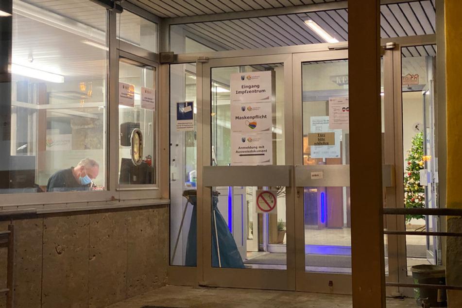 Am Gebäude des ehemaligen Landratsamtes in Kelheim wurde ein Einschussloch entdeckt.