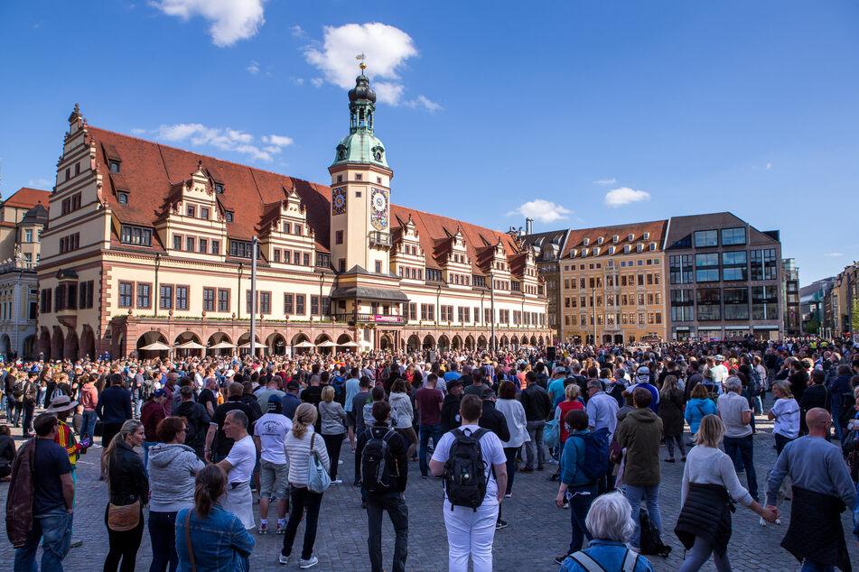Bereits im Frühjahr und im Sommer gab es Demonstrationen gegen die Corona-Maßnahmen in Leipzigs Innenstadt. (Archivbild)