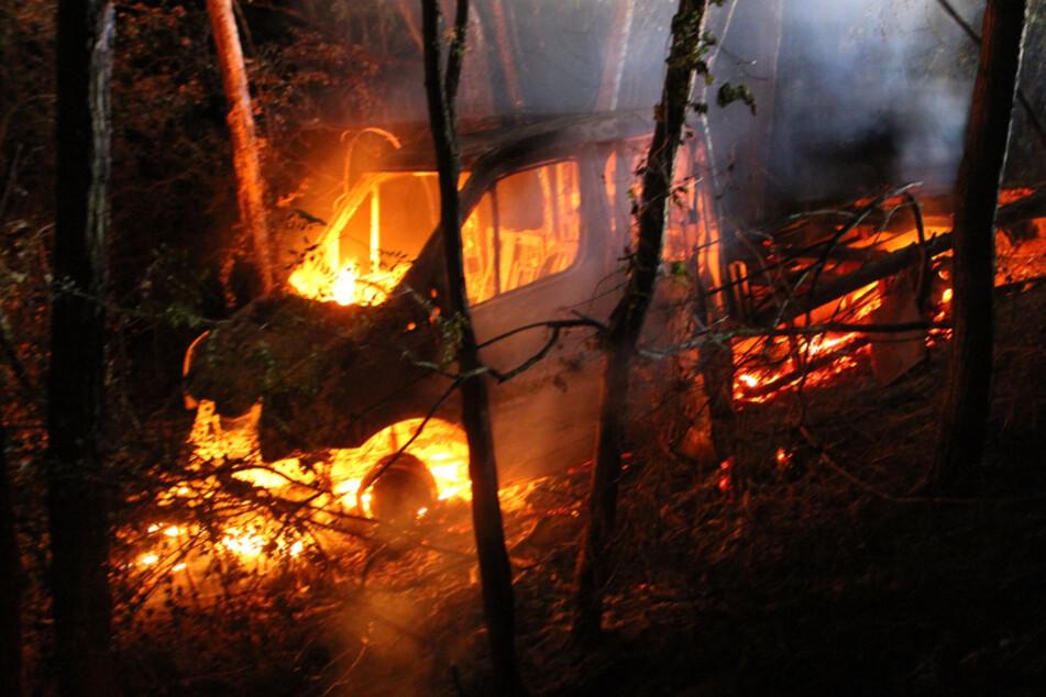 Transporter in Flammen! Feuerwehreinsatz an Bahnstrecke bei Pegau