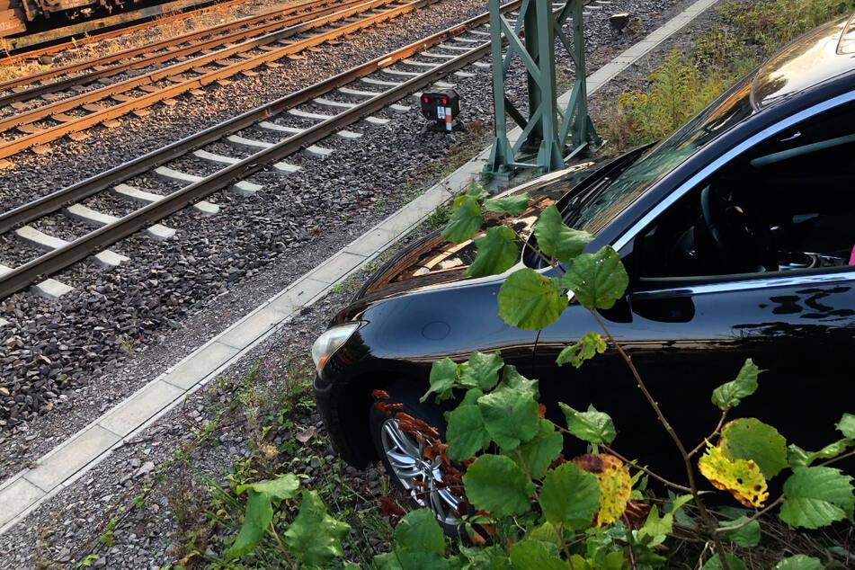 Der Nissan-Fahrer hatte den Rückwärts- mit dem Vorwärtsgang verwechselt und war einen Abhang in Richtung Gleisbett gerutscht, anstatt aus der Parklücke zu fahren.