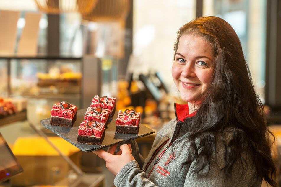 Hanni Müller (29) zeigt die leckeren Valentins-Brownies vom Backhaus Dresden.