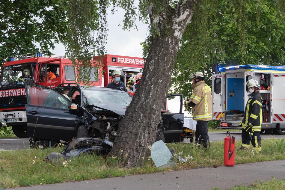 Schwerer Unfall auf der Bundesstraße: Auto kracht ungebremst in Baum