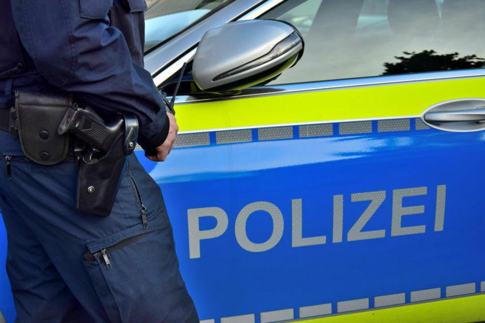 Betrunkener Mann liegt auf Gehweg und hält Waffe in der Hand, Polizei reagiert sofort