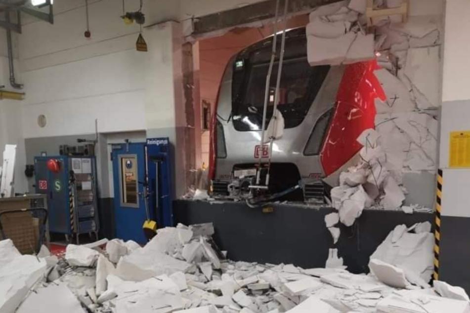 Die S-Bahn durchstieß bei dem Unfall die Wand.