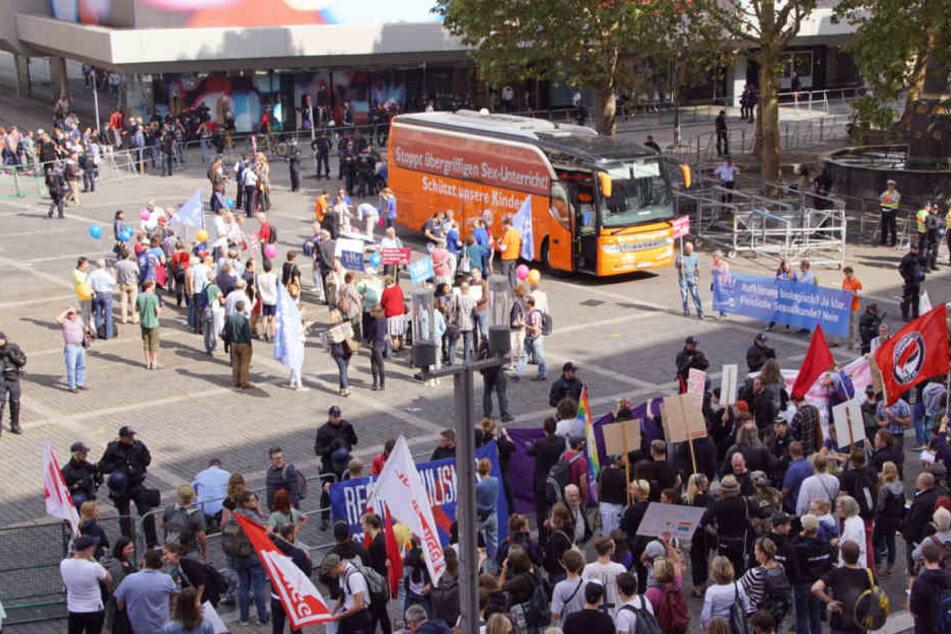 """""""Schützt unsere Kinder"""" steht auf dem Bus der """"Demo für alle""""."""