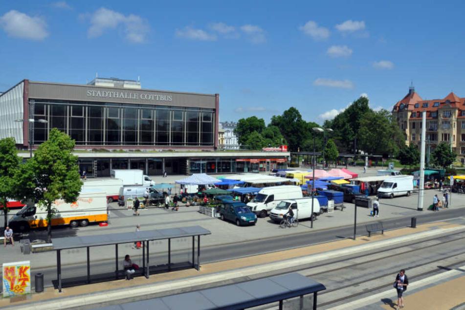 im Bereich des Stadthallenvorplatzes ereignete sich das Unfalldrama. (Archivbild)