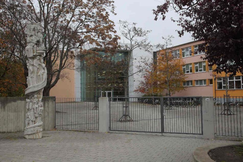 An dieser Schule in der Dresdner Johannstadt holte der Afghane das Mädchen (15) ab.