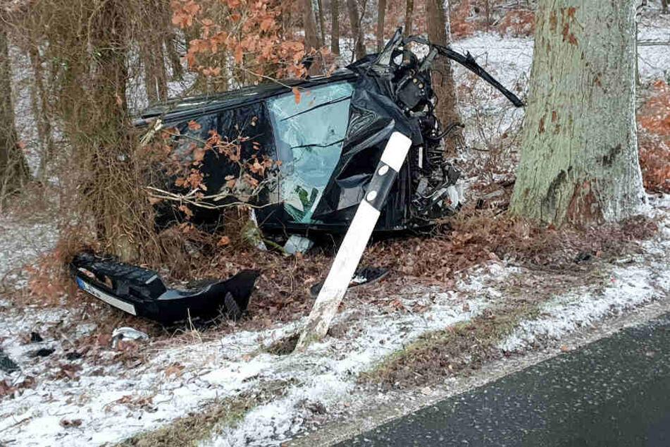 Das Auto prallte erst gegen den Baum, überschlug sich und bliebt komplett zerstört liegen.