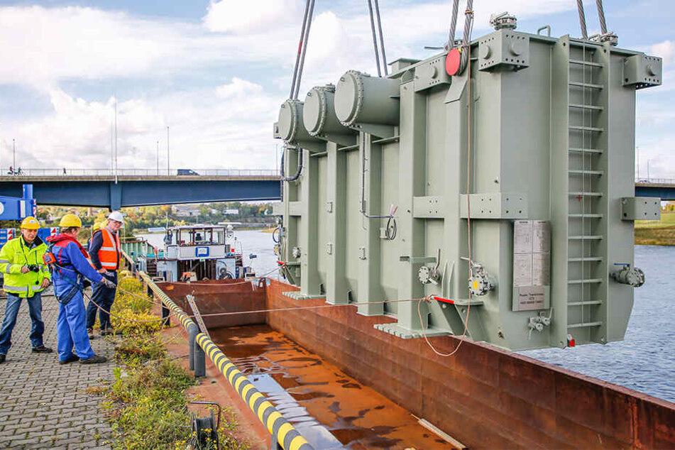 Dieser 190 Tonnen schwere Trafo wird nach Amsterdam verschifft.