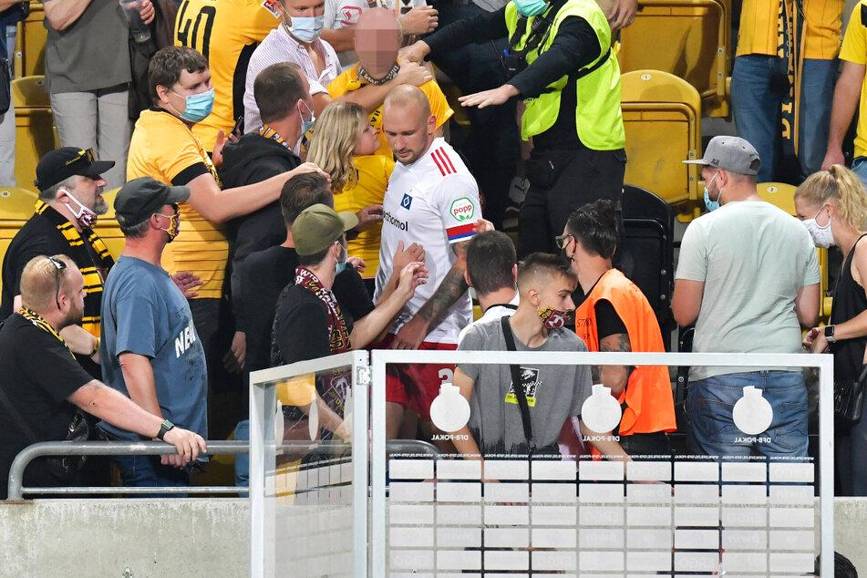 Toni Leistner (30, weiß-rotes HSV-Trikot) hat sich bereits mit dem Fans zusammengesetzt und die Sache ausgeräumt.