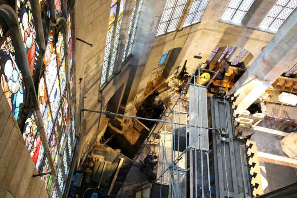 Die Fundamente im Inneren des Doms in Zwickau werden auf die Sanierung vorbereitet.