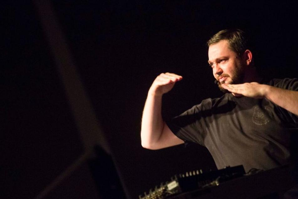 Immer den Kontakt zum Publikum: DJ Fritz Kalkbrenner sorgte für ordentlich Stimmung in der Thüringenhalle.