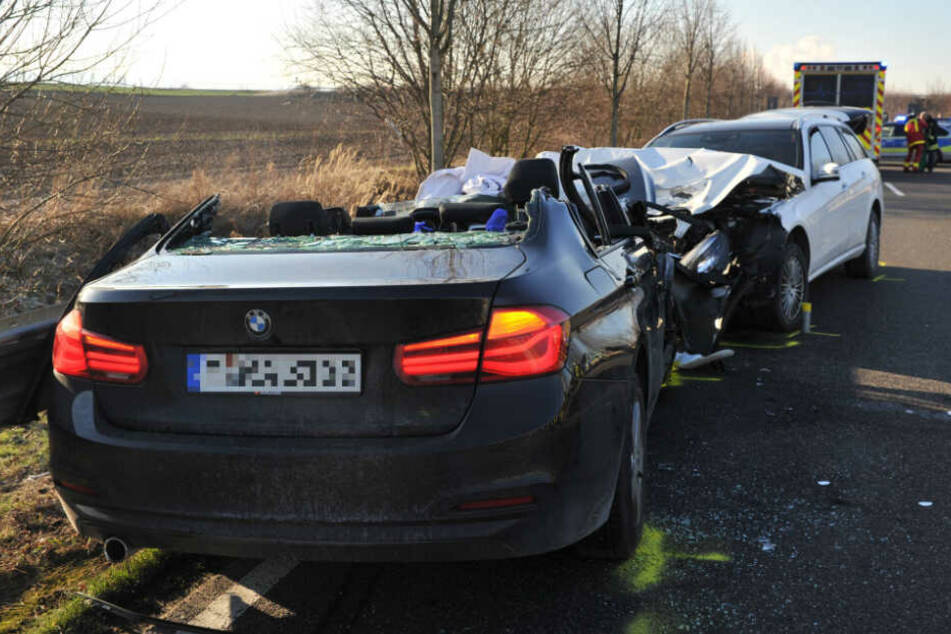 Ein Auto soll in den Gegenverkehr geraten und dann mit einem anderen frontal zusammengestoßen sein.