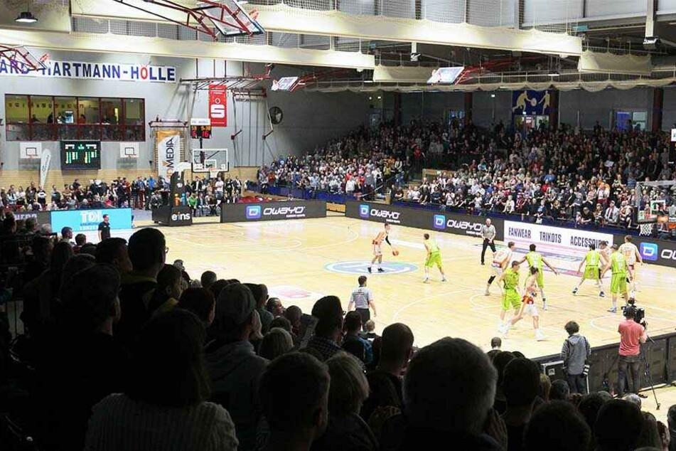 Da jubelte auch die Kanzlerin: Die Niners Chemnitz besiegten in einem packenden Basketballspiel Team Ehingen in der Hartmannhalle mit 84:73.