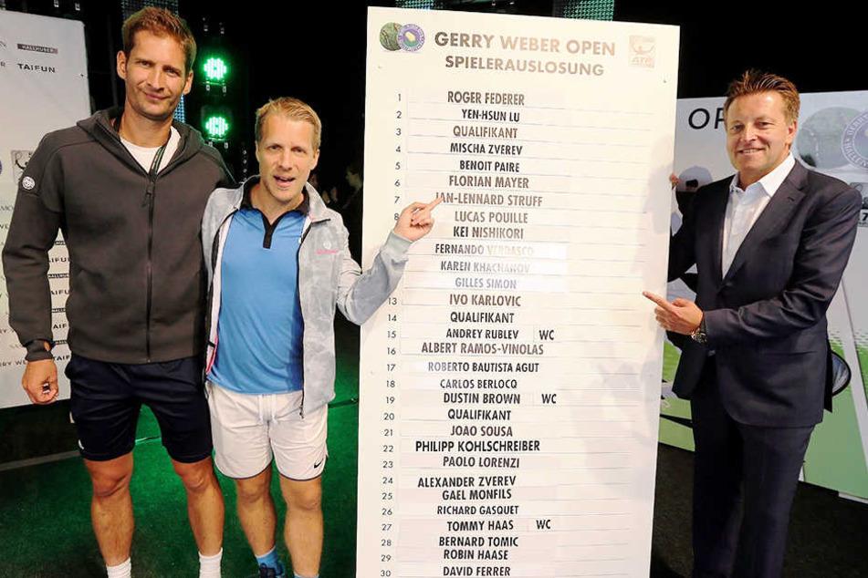 Am Auslosungszeremoniell für das Hauptfeld der 25. Gerry Weber Open waren beteiligt (von links): Titelverteidiger Florian Mayer, Comedian Oliver Pocher und Turnierdirektor Ralf Weber.