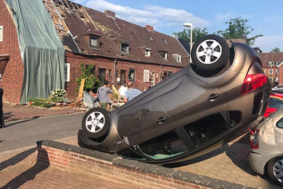 Ein Auto flog durch die Luft und kam auf dem Dach liegend zum Stehen.