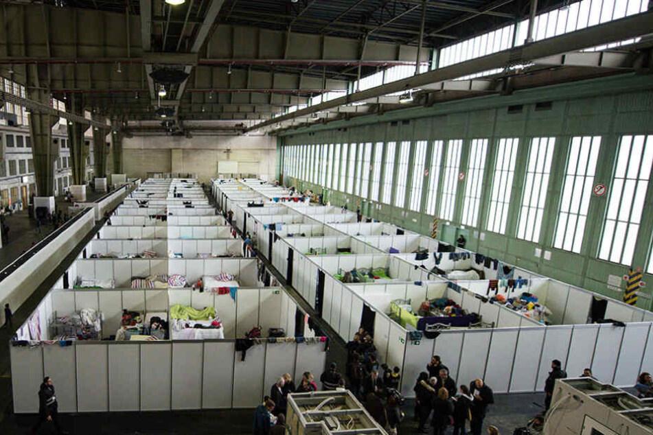Noch sind rund 200 Flüchtlinge im Hangar untergebracht.