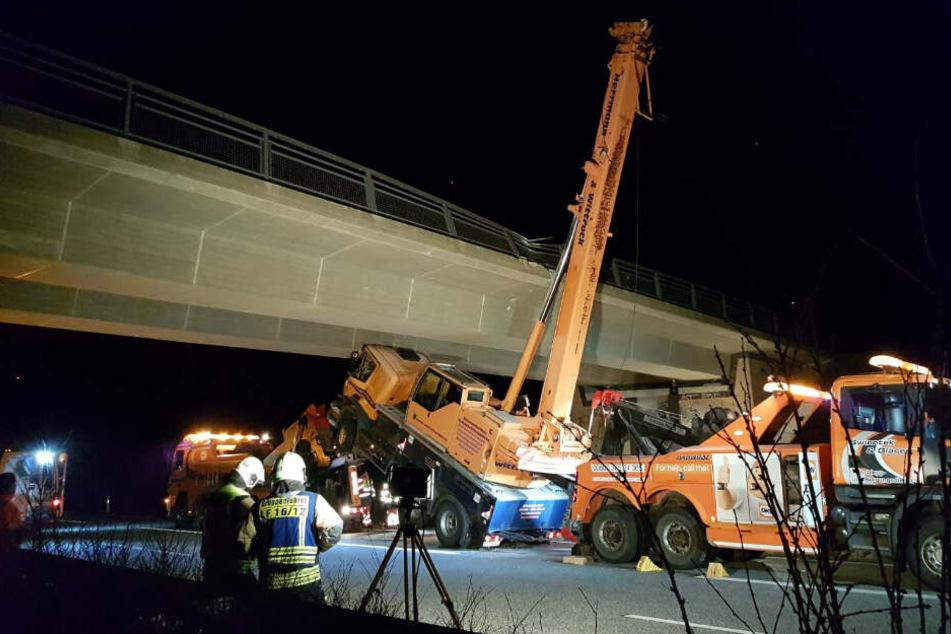 Kran kracht gegen Autobahnbrücke: Schwerer Unfall auf der A143
