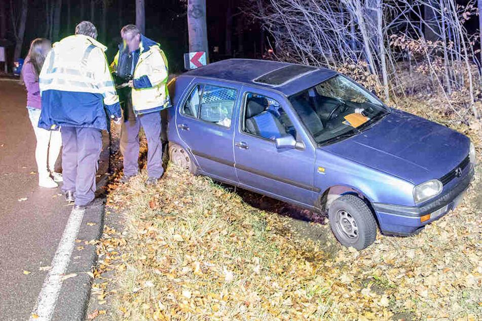 VW fliegt in Graben: Zwei Verletzte bei Unfall auf B101