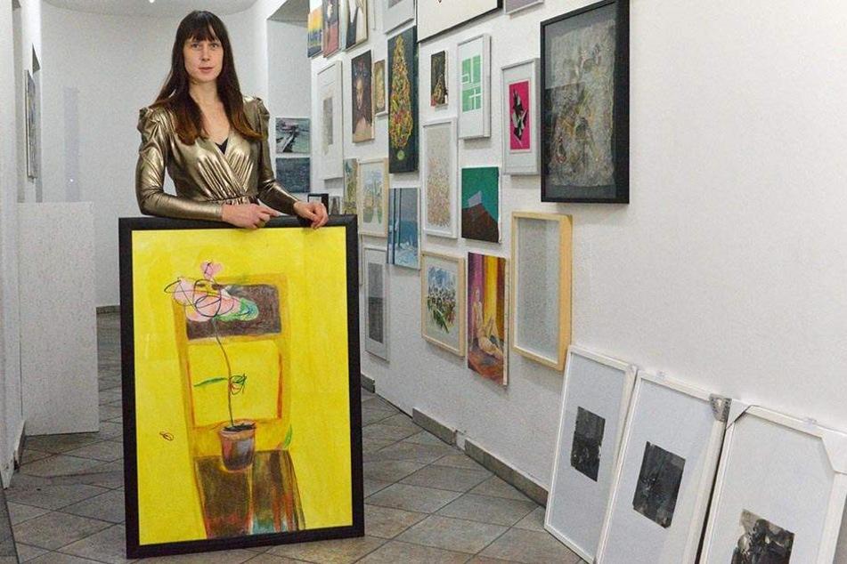 """Die Künstlerin Suntje Sagerer (35) mit ihrem Bild """"Blossom"""" (für 130 Euro zu haben)."""